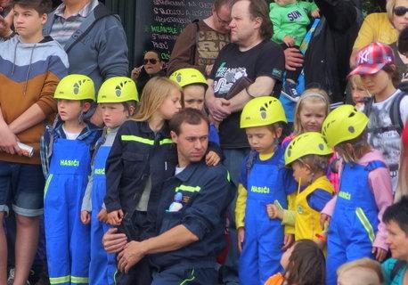 FOTKA - Malí hasiči, spíš hasičky