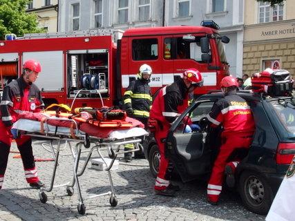 FOTKA - Vyprošťování lidí z auta - ukázka práce hasičů