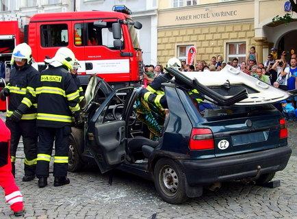 FOTKA - Nakonec rychlé akce zůstalo auto otevřené jako konzerva