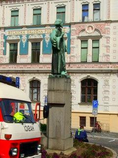 FOTKA - Uprostřed hasičských oslav - socha Jana Husa