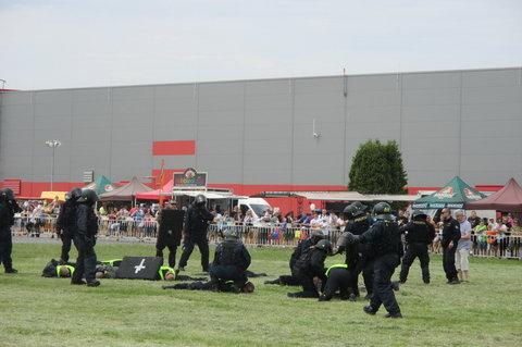 FOTKA - Den s Policií  2015 - zklidňování demonstrantů