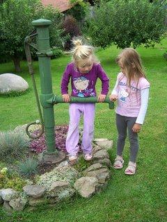 FOTKA - holčiny na zahradě