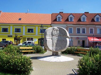 FOTKA - Památník  na náměstí