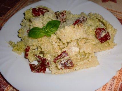 FOTKA - Těstoviny s pestem a sušenými rajčátky
