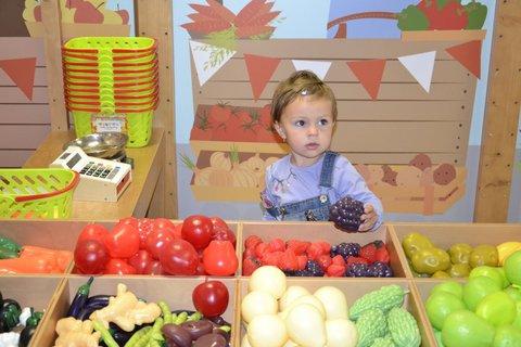 FOTKA - Sárinka prodává ovoce zeleninu