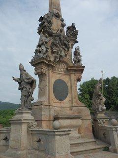 FOTKA - Valeč - sloup se sousoším Nejsvětější Trojice byl vytvořen v dílně sochaře Matyáše Bernarda Brauna (zřejmě jeho synovcem Antonínem) podle návrhu architekta Františka Maxmiliána Kaňky