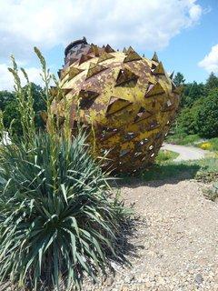 FOTKA - tato umělecká plastika má asi znázorňovat květ opuncie