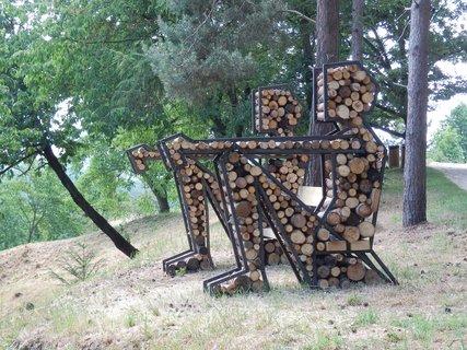 FOTKA - exponát  sochařského festivalu SCULPTURE LINE (Sedící figury, autor Jakub Flejšar )