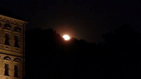 FOTKA - Bílinský zámek s vycházejícím Měsícem