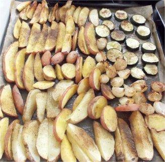 FOTKA - pečené brambory, cuketa a malé cibulky