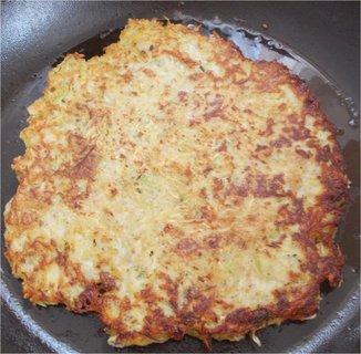 FOTKA - pečení bramboráku, na půl brambory a cuketa