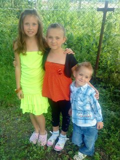 FOTKA - tri sourozenci na zahrádce---