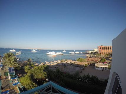 FOTKA - Rudé moře a malá pláž u hotelu