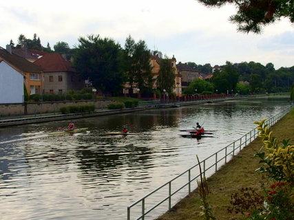 FOTKA - Plavební kanál - na vodě je živo