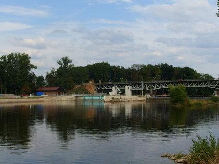 FOTKA - Dokončená vodní elektrárna - jistě užitečné dílo, ale most byl bez ní hezčí