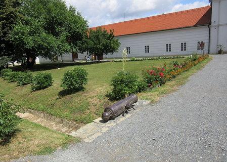 FOTKA - na výletě v zámku Vizovice..před zámkem