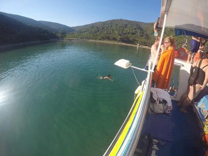 FOTKA - Tady plavu v zátoce kolem lodi