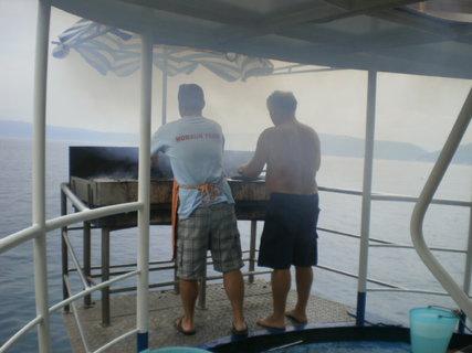 FOTKA - Makrely se připravují na grilu