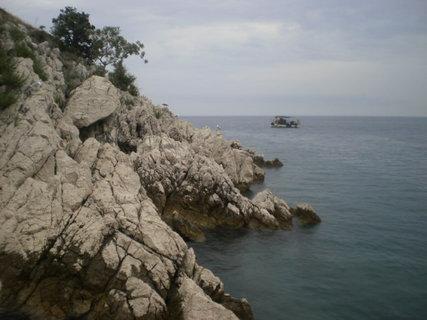 FOTKA - Polovina Cresu je skalnatá a zalesněná