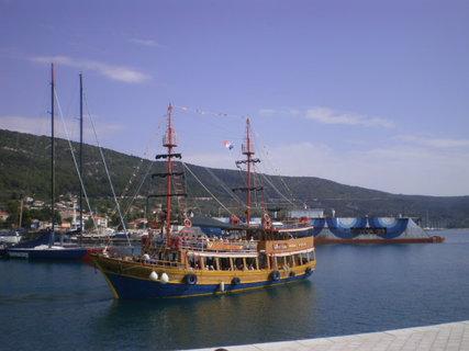 FOTKA - Pirátská loď v přístavu