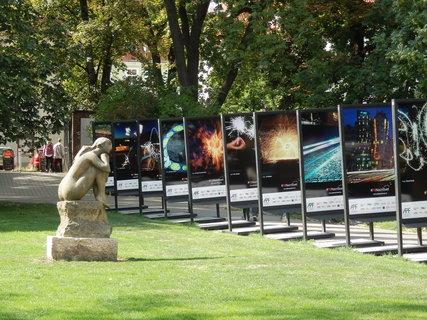 FOTKA - kamenná kráska se kochá výstavou fotografií na Kampě