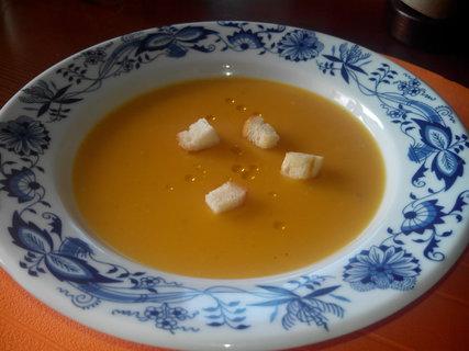 FOTKA - Kořeněná dýňová polévka s krutony