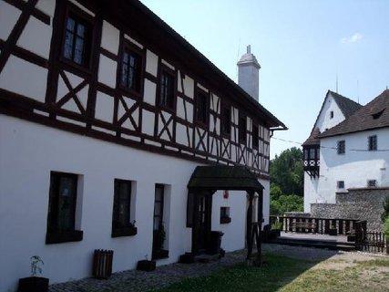 FOTKA - hospodářská budova u hradu