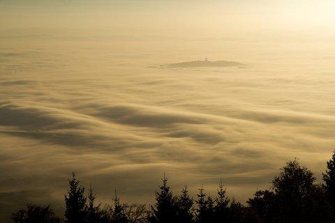 FOTKA - Ostrůvek v moři mlhy