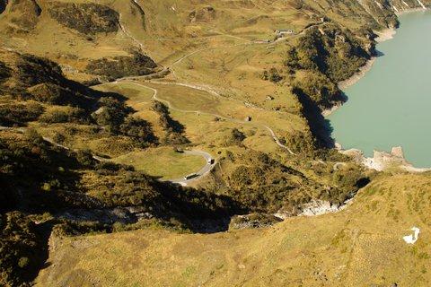FOTKA - Vysokohorské přehrady nad Kaprunem - Autobusy přivážejí nové turisty