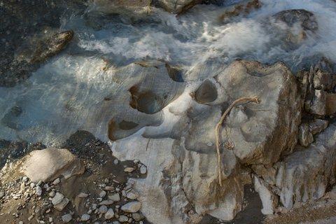 FOTKA - Vysokohorské přehrady nad Kaprunem - Kameny v potoce