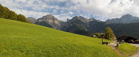 FOTKA - Z Maria Alm přes Kronreith do Saalfeldenu - Hostinec Kronreith a okolní hory