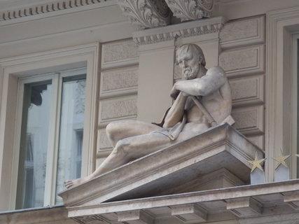 FOTKA - na domech v pražském Podskalí se najdou zajímavé sochy