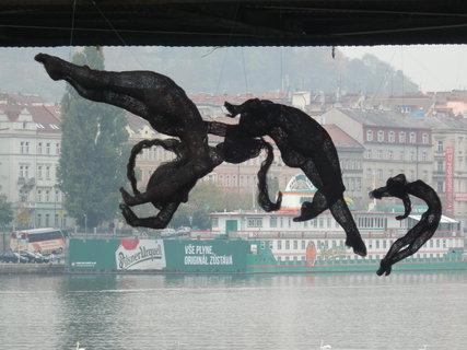 FOTKA - -pod železničním mostem je živo(sochy jsou drátěné a výborně se doplňují s původním mostem)