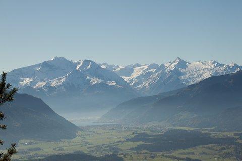 FOTKA - Výšlap k Peter-Wiechenthaler-Hütte - Pohled na zellerské jezoro a pohoří Kitzsteinhornu