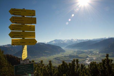 FOTKA - Výšlap k Peter-Wiechenthaler-Hütte - Rozcestník na kopci