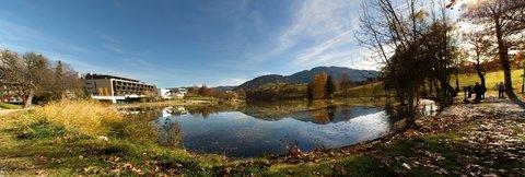 FOTKA - Na vyhlídku Kühbühel a okolo Ritzensee - Panorama jezera Ritzensee