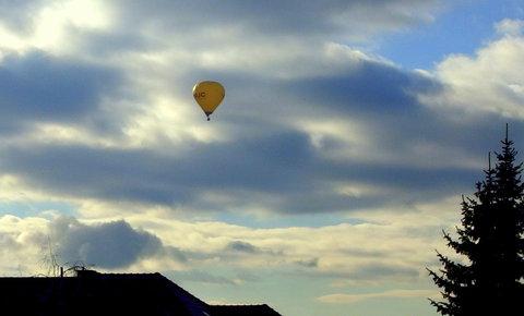 FOTKA - Žlutý balon na obloze