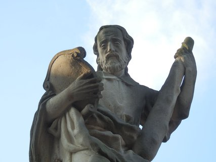 FOTKA - socha u kostela sv. Jakuba Většího v Praze-Petrovicích.