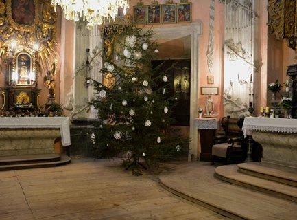 FOTKA - Vánočně vyzdobená kaple svatého Romedia