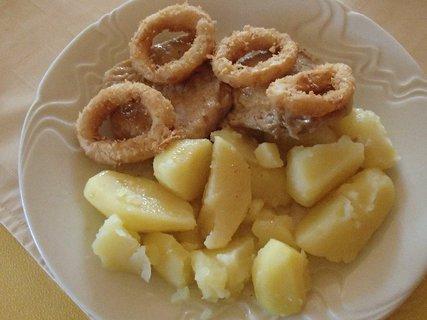FOTKA - vyprážané krúžky cibule s mäsom a zemiakmi