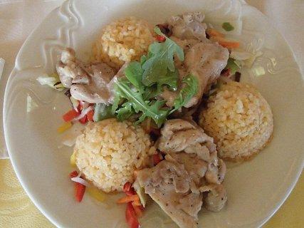 FOTKA - kuracie stehenné kúsky na zelenine, farebná ryža