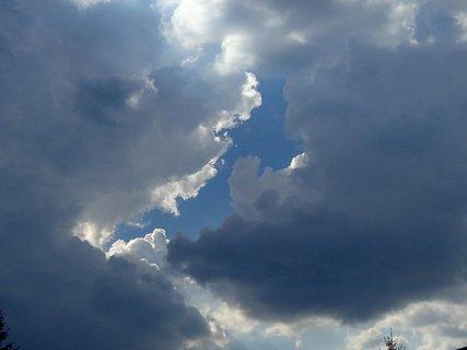 FOTKA - diera medzi oblakmi
