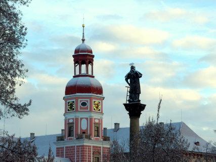 FOTKA - Ráno - věž zámku a morový sloup