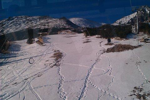 FOTKA - kľukaté stopy v snehu-foto z kabínky lanovky