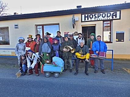 FOTKA - Masopust - nejprve společné foto a vyrážíme na obchůzku vesnicí