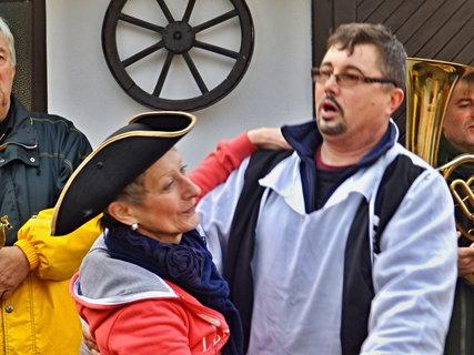 FOTKA - pirát obětavě tančil