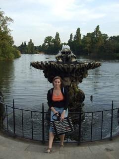 FOTKA - Hanička u fontánky v Kensington Garden