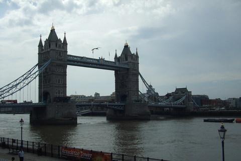 FOTKA - Tower Bridge focený z hradeb Toweru