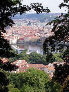 FOTKA - Praha - pohled ze svahu Petřína na město