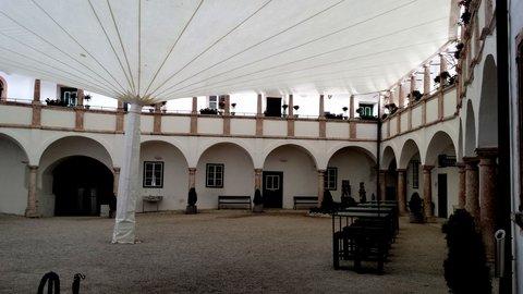 FOTKA - Gmunden - Na nádvoří zámku
